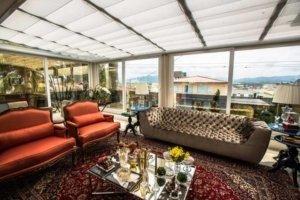 Romana Skywindow é uma solução belíssima para cobertura de claraboias, tetos de vidro ou outro material translucido.